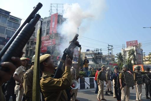 物議の市民権法案、インド上院が可決 抗議デモ激化