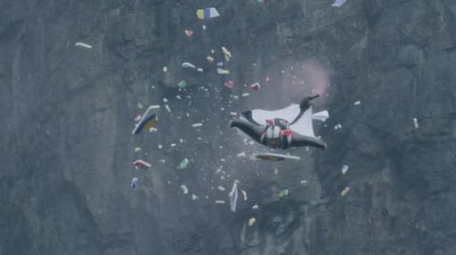 動画:気分は「人間弓矢」 ウイングスーツジャンプで的に命中