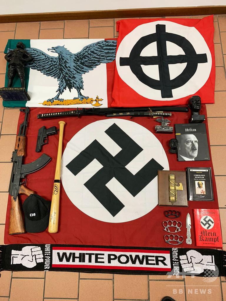 イタリアでネオナチ一斉摘発、「かぎ十字」の旗や日本刀を押収
