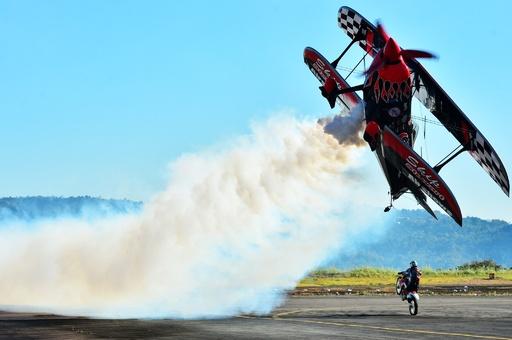 迫力の曲芸飛行を披露、エルサルバドルで航空ショー