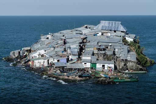 島覆いつくすトタンの家々、漁場めぐり2国が対立 アフリカ・ビクトリア湖
