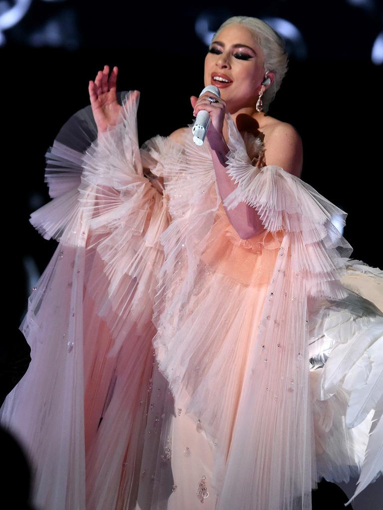 「ジョルジオ アルマーニ」のドレスを身に纏いレッドカーペットに登場!