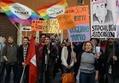 伊上院、同性カップルの権利法案を可決 養子縁組認めず批判噴出