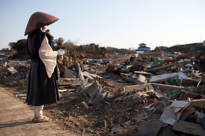 被災者のために祈りをささげる尼僧、南三陸町