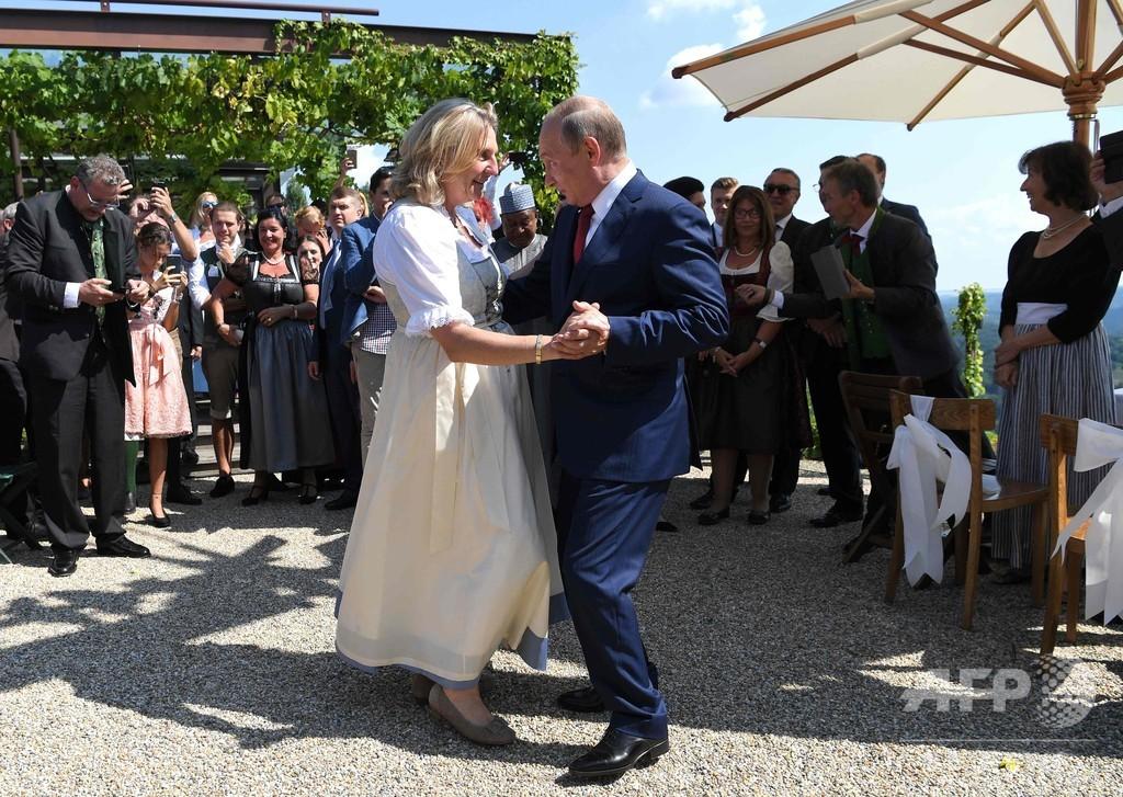 プーチン大統領、オーストリア外相の結婚式に出席 野党から外相辞任要求も