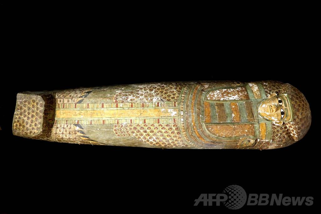3600年前のミイラ発掘、木棺に鮮やかな羽模様 エジプト