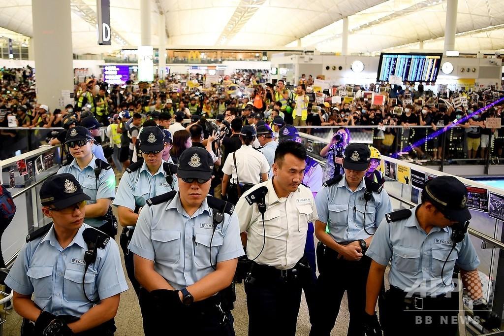 香港空港で混乱続く 記者に暴行、警察は催涙スプレー使用