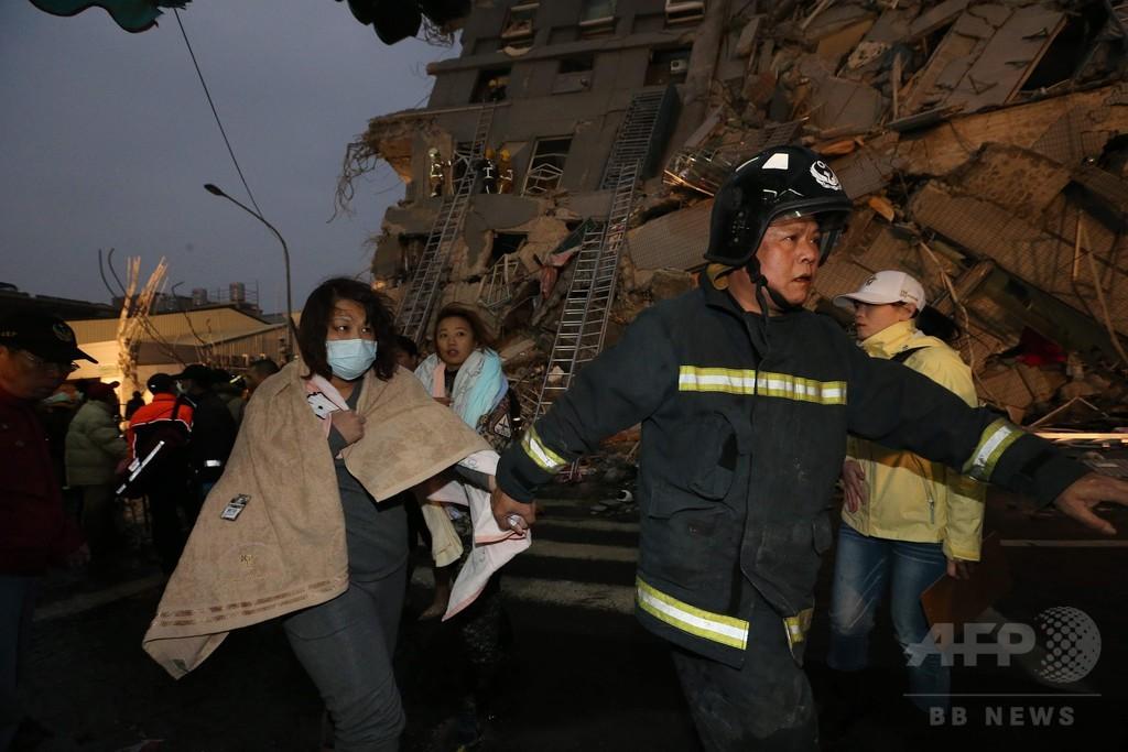 台湾南部地震、集合住宅のがれきの中に依然100人以上