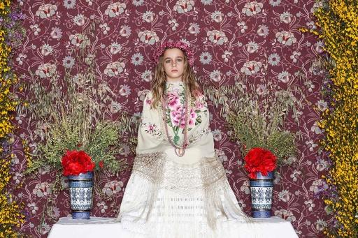 少女がじっと座って春の到来を祝う、スペインの祭り「ラス・マヤス」