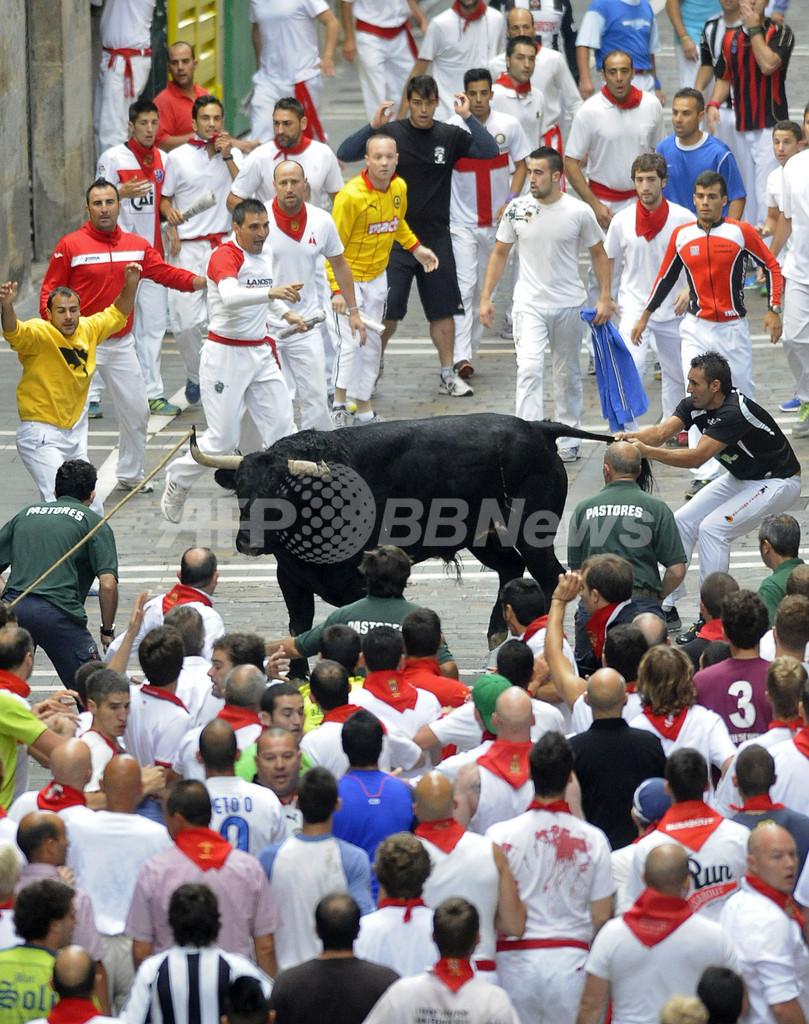 スペイン「牛追い祭り」、角に突かれて3人負傷