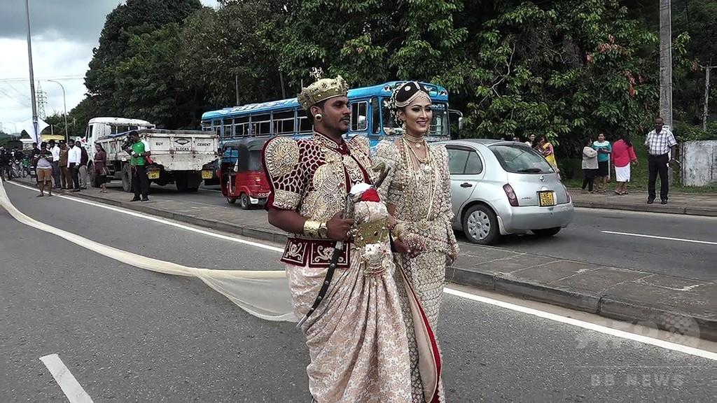 花嫁の「長さ3.2キロのサリー」運びに子ども250人、権利侵害の疑いで調査 スリランカ