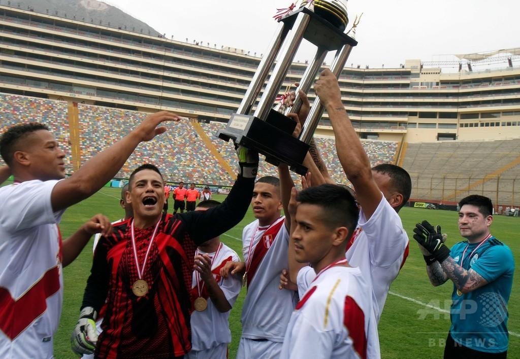 ペルー、刑務所間サッカー「W杯」開催 受刑者たちが出場