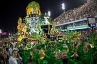 リオのカーニバルでパレード始まる、例年になく強い政治色