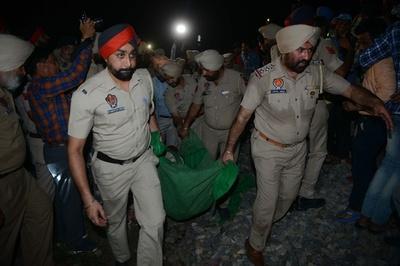 祭りの群衆に列車突入、50人超死亡 インド