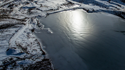 湖面に氷のプリズム 青海省夏群寺森林公園