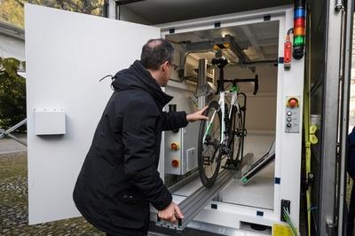 隠しモーター撲滅へ、UCIがX線検査機を導入