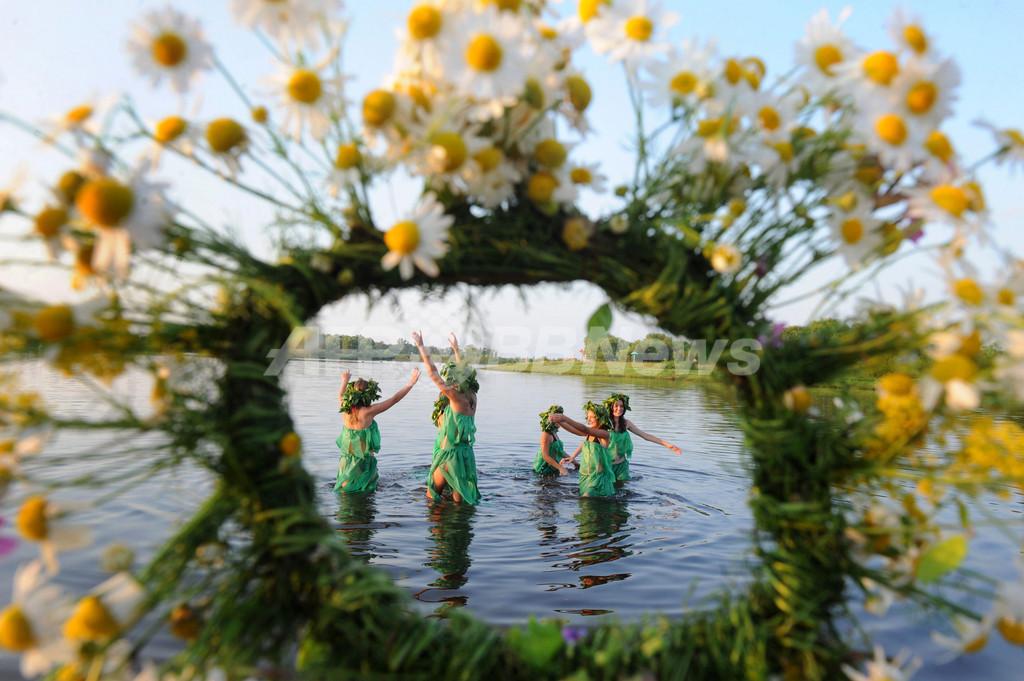 乙女が火を越え水中に踊る、伝統のイワン・クパーラ祭