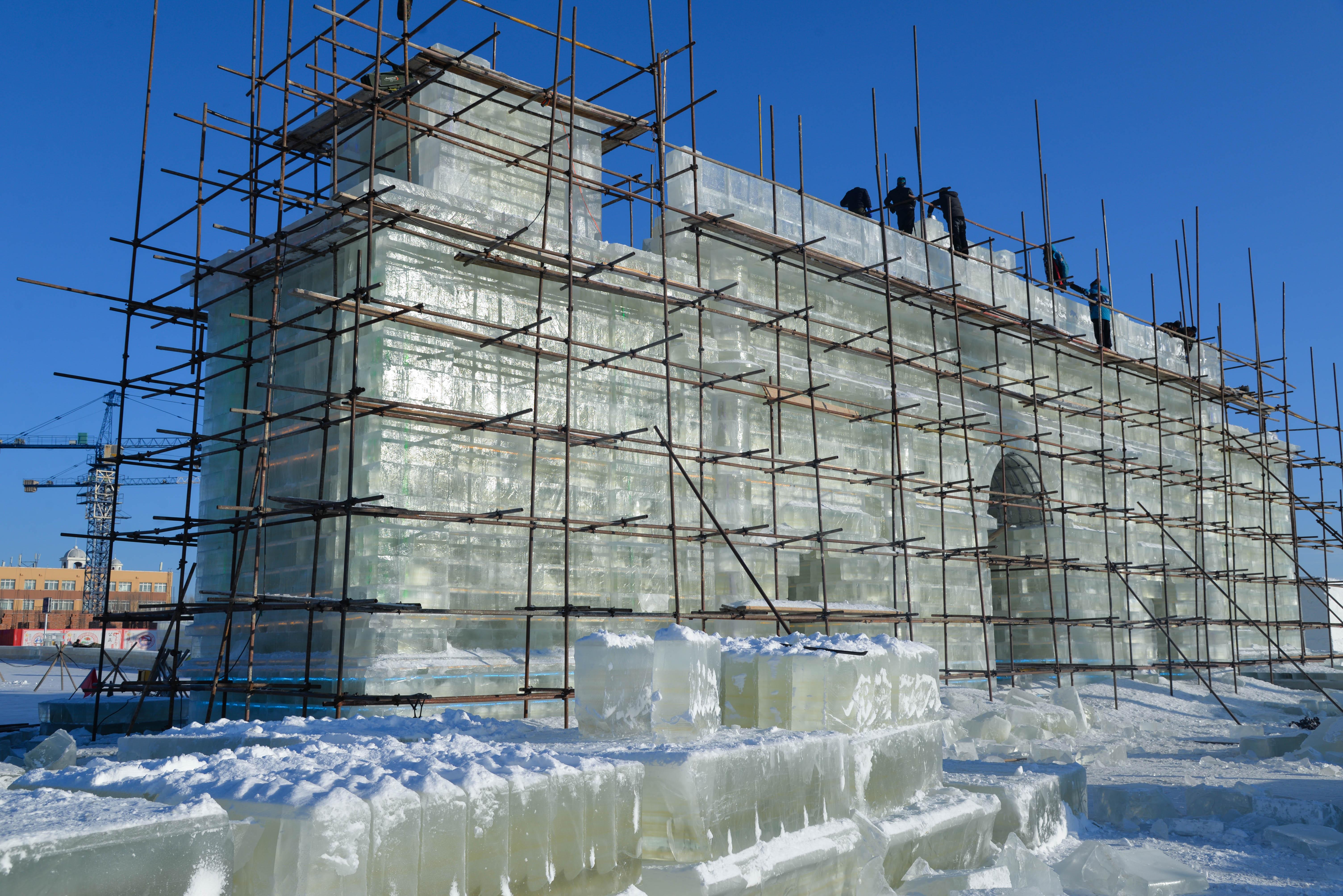氷彫刻の制作本格化、高まるお祭り気分 内モンゴル自治区