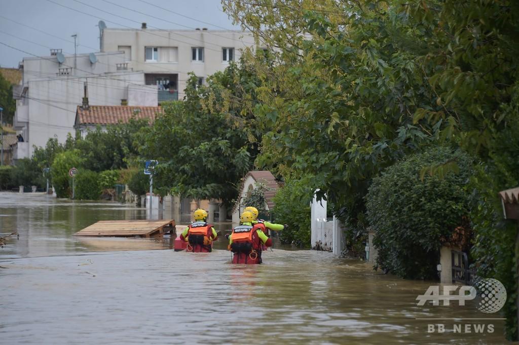 豪雨に見舞われた南仏の女性、洪水と立てこもり事件で家族3人失う