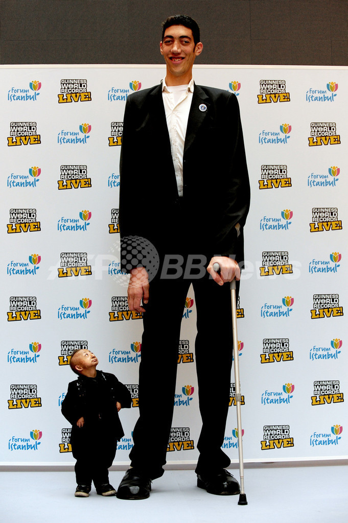 世界一の身長差!「高い男」と「低い男」がツーショット トルコ