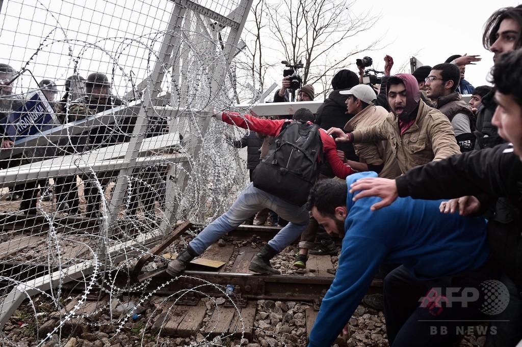 足止めの難民ら、国境の強行突破試みる ギリシャ・マケドニア