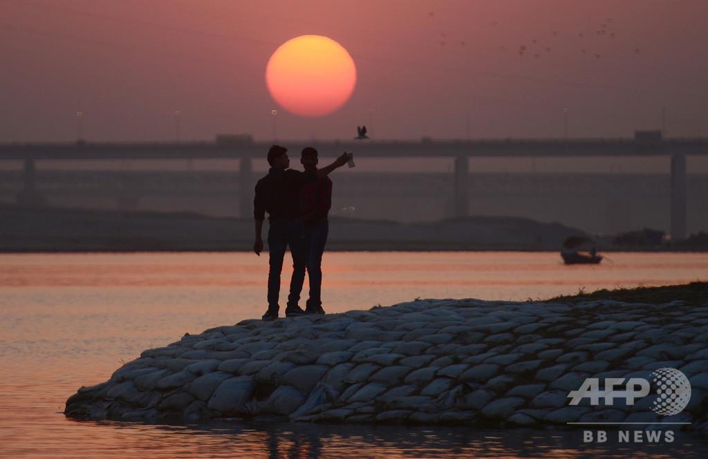 インドの新郎新婦ら、川で自撮り試みる 4人が流され水死