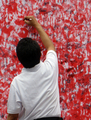 市民の手形で「日の丸」を、被災者への連帯表明 インドネシア