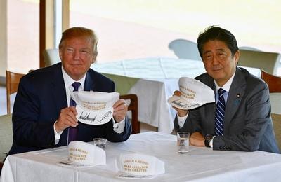 動画:トランプ大統領と安倍首相、帽子にそろってサイン