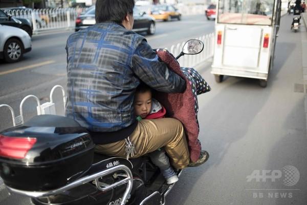 運転手の股の間から覗く子ども、北京