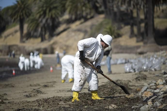 米加州の石油流出、知事が非常事態宣言