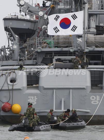 韓国艦沈没、捜索活動中の海軍ダイバーが死亡