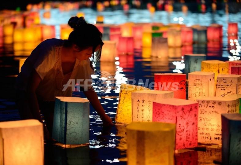 原爆の日の広島、灯籠流しで犠牲者を慰霊