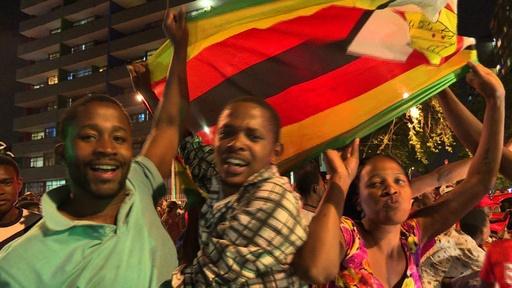 動画:ムガベ氏37年間の「独裁」に幕 喜びに酔いしれるジンバブエ国民