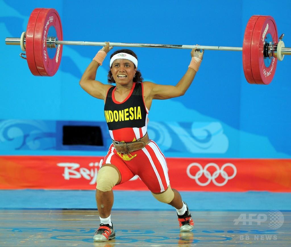 インドネシア重量挙げ選手、繰り上げで10年越しの五輪メダル獲得