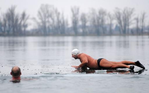 氷張る湖で寒中水泳、スロバキア