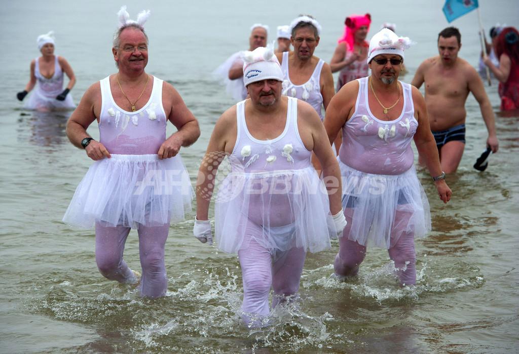 極寒のバルト海にコスプレ集団、独で寒中水泳大会