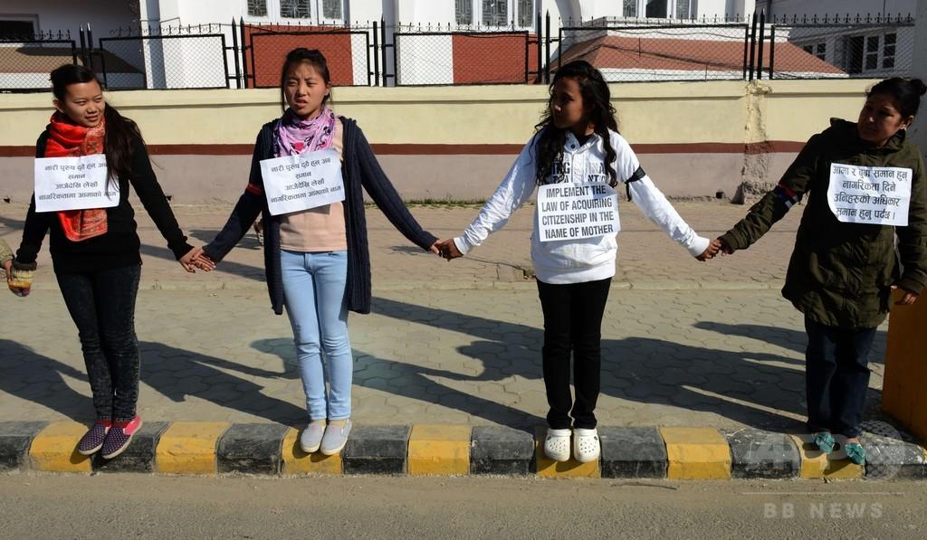 ネパール、「反女性」の新憲法草案に批判