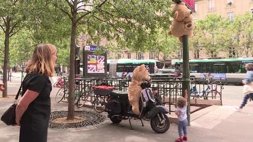動画:通りのあちこちに出没? 巨大テディベアでみんな笑顔に 仏パリ