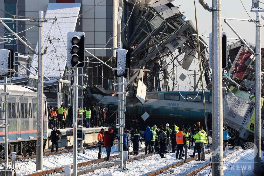トルコで高速列車と点検中の機関車が衝突 9人死亡、負傷者86人に