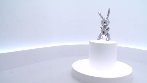 動画:J・クーンズ氏の彫刻「ラビット」 100億円で落札、存命芸術家では史上最高額