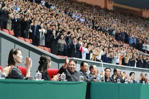 北朝鮮マスゲーム開幕、金委員長ら観覧 粛清説の高官の姿も