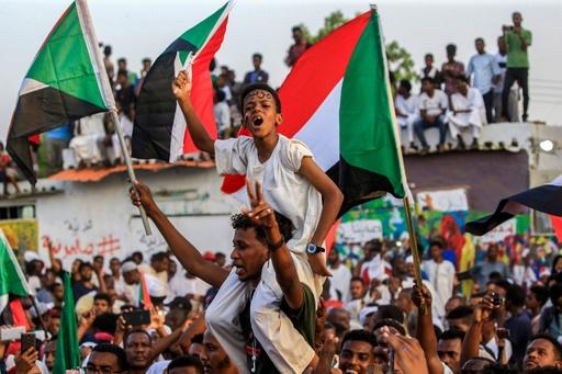 スーダンのデモ隊、軍事評議会との歴史的合意に歓喜