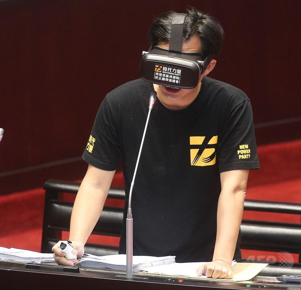 行政院長と野党議員がVR装置装着して討論、台湾立法院