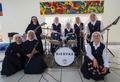 動画:日本人もメンバーの修道女ロックバンドが人気、法王の前で演奏へ