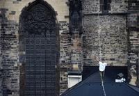 チェコ旧市街を綱渡り 糖尿病患者の支援キャンペーン