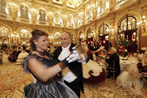 19世紀の舞踏会を再現、仏パリで華やかに開催