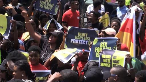 動画:ナイジェリア首都警察、売春の容疑を掛けた女性らをレイプか
