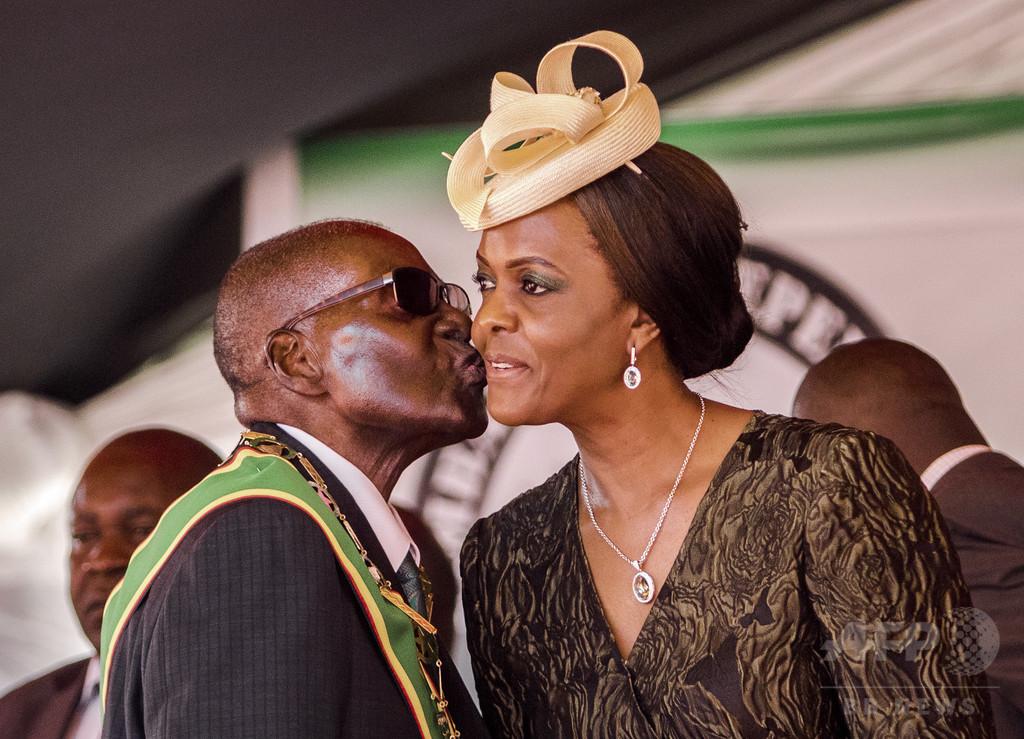 ムガベ大統領、夫人姉の誕生日プレゼントに現金660万円贈る