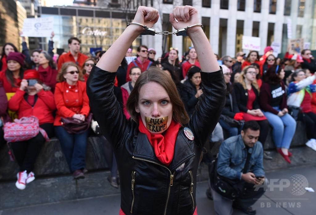 米大統領、女性への「途方もない敬意」宣言 各地では抗議デモ