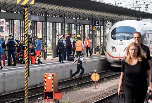 8歳の少年が列車にはねられ死亡、面識のない男に押される 独